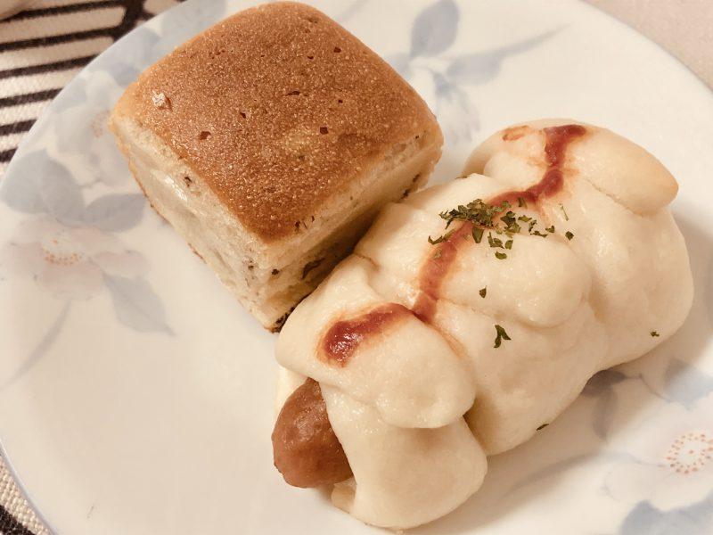 温めた米粉パン(プチくるみパン・ウィンナーパン)の写真